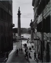 Herbert List, Blick auf die Säule des Kaisers Trajan, Fotografie 1949
