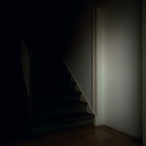 Sarah Strassmann, Ohne Titel (Blocked Door), Farbfotografie 2014
